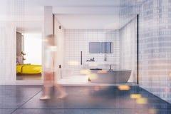 Salle de bains carrelée et une chambre à coucher modifiée la tonalité Image libre de droits