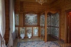 Salle de bains chère dans une maison riche Photographie stock
