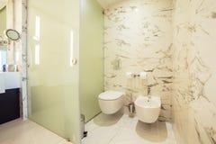 Salle de bains de concepteur avec le carrelage de douche photos libres de droits
