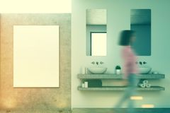 Salle de bains concrète, double évier, affiche Fille Photo libre de droits