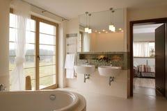 Salle de bains confortable Photographie stock libre de droits
