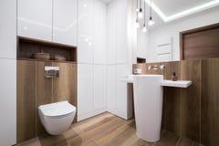 Salle de bains confortable moderne photos stock