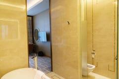 Salle de bains d'hôtel de luxe neuf Images stock