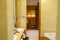 Salle de bains d'hôtel de luxe neuf Images libres de droits