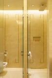 Salle de bains d'hôtel de luxe neuf Photographie stock libre de droits