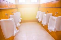 Salle de bains d'hommes de toilette d'urinoirs Image libre de droits