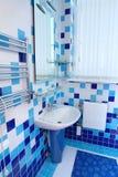 Salle de bains dans bleu et blanc Photographie stock