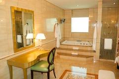 Salle de bains dans l'hôtel de luxe Images libres de droits