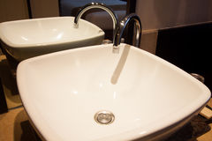 Salle de bains dans la chambre à coucher Intérieur moderne de salle de bains de maison Photo libre de droits