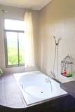 Salle de bains dans la maison de luxe photos stock