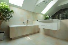 Salle de bains dans le grenier photographie stock