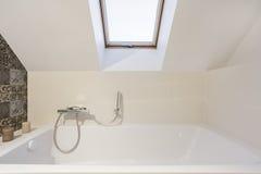 Salle de bains dans le grenier photos stock