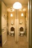 Salle de bains dans le lieu public photos stock