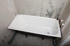 Salle de bains dans un nouvel appartement sans réparation Photographie stock libre de droits