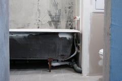 Salle de bains dans un nouvel appartement sans réparation Photo stock