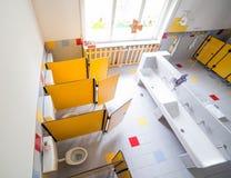 Salle de bains de jardin d'enfants avec des lavabos et des carlingues sans childre photographie stock libre de droits