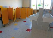 SALLE DE BAINS de l'école maternelle Image libre de droits