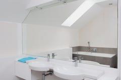 Salle de bains de luxe avec le miroir énorme Photo stock
