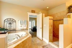Salle de bains de luxe avec le tourbillon et la douche image libre de droits