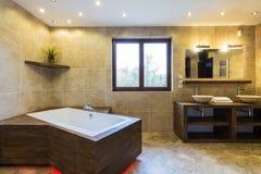 Salle de bains de luxe dans la belle résidence photographie stock libre de droits