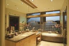 Salle de bains de luxe dans la Chambre images stock