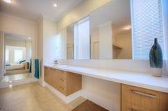 Salle de bains de luxe dans la maison moderne Photo stock