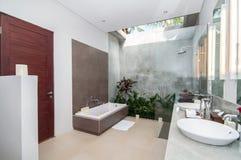 Salle de bains de luxe et propre Photos libres de droits
