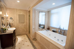 Salle de bains de marbre jaune-clair photo libre de droits