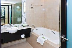 Salle de bains de marbre moderne images stock