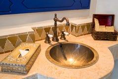 Salle de bains de vintage avec des agréments Photographie stock libre de droits