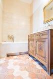 Salle de bains domestique démodée Photographie stock
