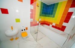 Salle de bains du ` s d'enfants dans l'appartement d'un hôtel cinq étoiles, Kranevo en Bulgarie Images stock