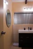 Salle de bains en appartement contemporain Photo libre de droits