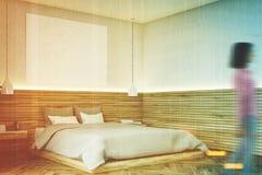 Salle de bains en bois avec une affiche, coin, femme Image stock