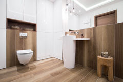 Salle de bains en bois dans la maison de luxe Photographie stock libre de droits