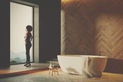 Salle de bains en bois intérieure, côté blanc de baquet modifié la tonalité Photos stock