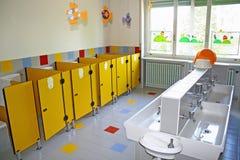 Salle de bains et une toilette avec le petit asile de bassins Photo libre de droits