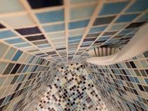 Salle de bains faite avec les mosaïques bleues et bleues Image libre de droits