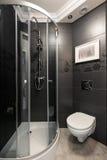 Salle de bains grise avec des accents de chrome photographie stock