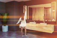 Salle de bains grise, vue de côté de double évier, femme image stock