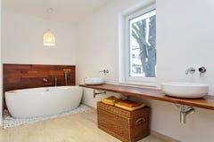 Salle de bains intérieure avec la fenêtre photographie stock libre de droits
