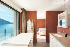 Salle de bains intérieure et confortable Images stock