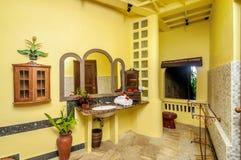 Salle de bains jaune de mur Images stock