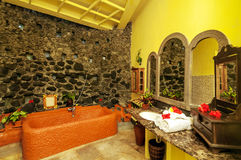 Salle de bains jaune de mur Photo stock