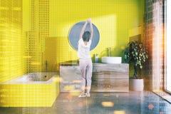 Salle de bains jaune, miroir rond modifié la tonalité Photos stock
