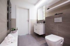 Salle de bains légère spacieuse photo stock