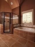 Salle de bains à la maison de luxe de tuile avec l'hublot Photo libre de droits