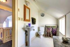 Salle de bains légère simple de ton avec le plafond voûté Photographie stock libre de droits