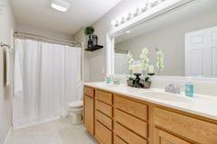 Salle de bains lumineuse avec la double vanité images libres de droits
