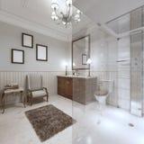 Salle de bains lumineuse dans le style anglais avec la grande douche en verre Photographie stock libre de droits